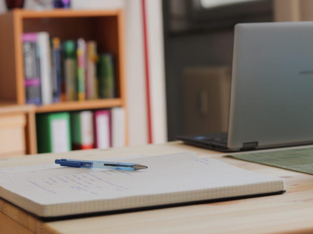 Tagbuch und Laptop