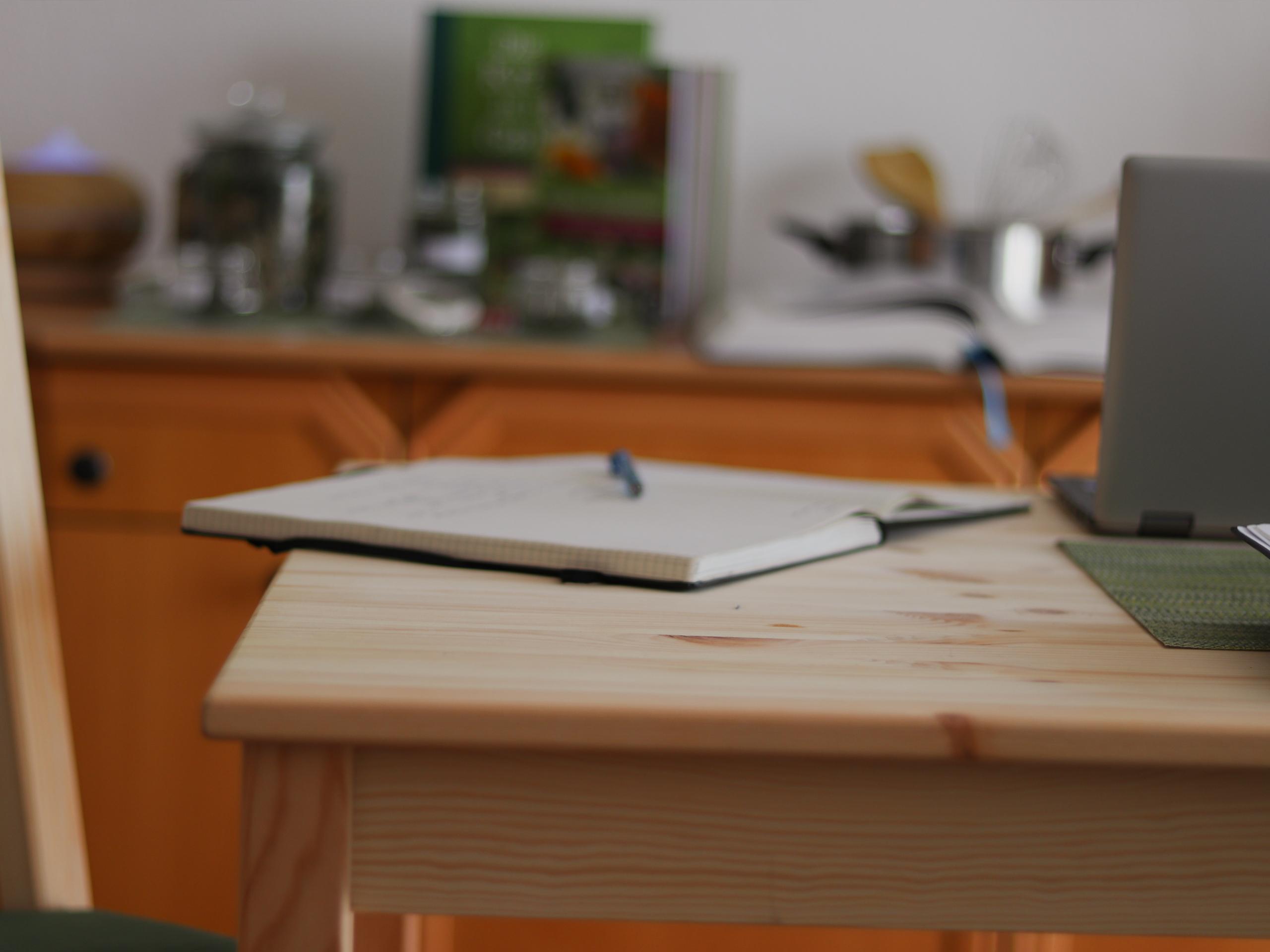Tagebuch, das am Tisch liegt